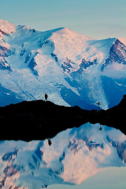Dernières lueurs sur le massif du Mont Blanc by SaGa | Photo, via Flickr