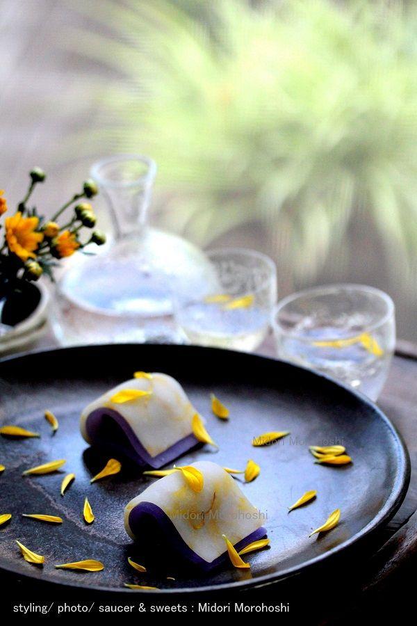 和菓子『菊ごろも Kiku-goromo〜外郎Uirou』 Ricecake confectioneries flavored with cinnamon and chrysanthemum. Rice cake with petals of chrysanthemum are just like Japanese kimono. Please enjoy them with greentea, tea, champagne and wine. *styling / photo / saucer and sweets : Midori Morohoshi(http://ameblo.jp/greenonthetable/imagelist.html)