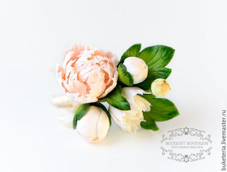 Купить или заказать Бутоньерка свадебная в интернет-магазине на Ярмарке Мастеров. Бутоньерка для жениха из полимерной глины. У бутоньерки есть крепление к пиджаку в виде булавки. Цветы очень легкие, достаточно прочные.