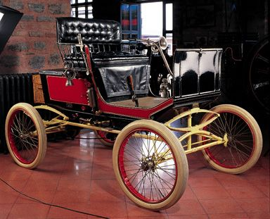 The Malden Steam car was built in very small numbers in Malden, Massachusetts and gives a clear idea of how much the design of early cars owed to the horse carriage. This Malden car is one of the primal and most important parts of the Rahmi Koç collection.  This steam car dates back from 1898...
