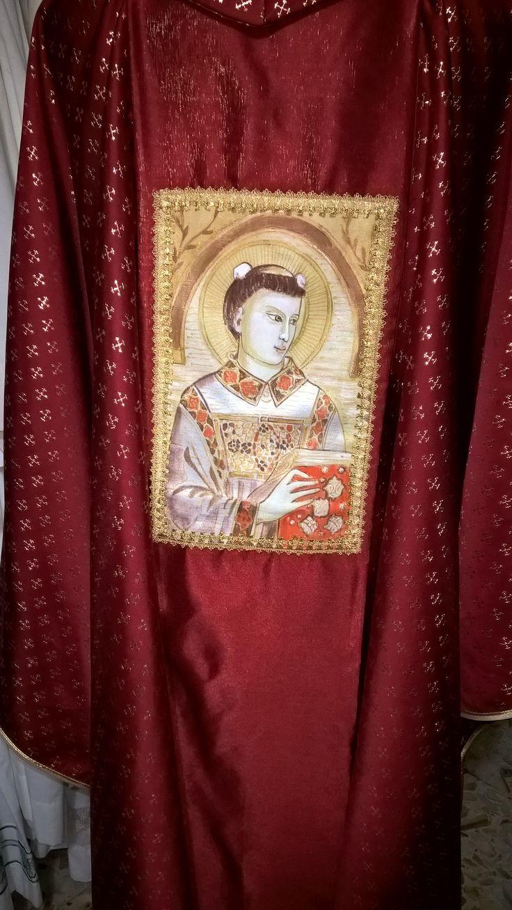 Casula modello Santo Stefano, su tessuto crocette, taglio gotico Dipinta e ricamata a mano. Su commissione.