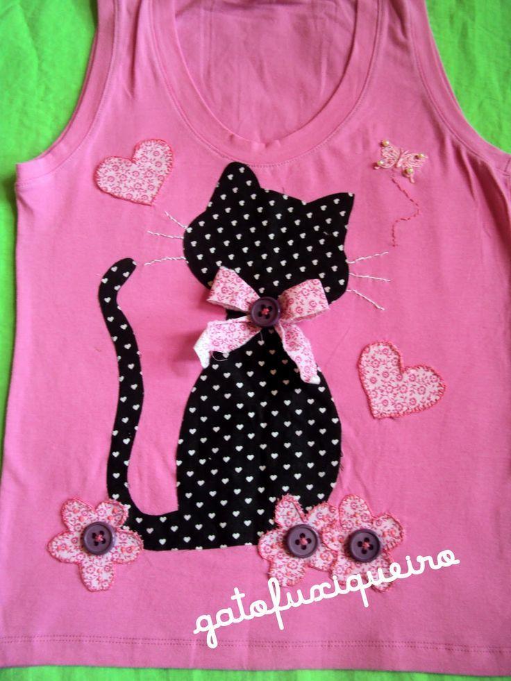 T-shirt fille avec écusson chat cousu à la main - très jolis détails qui ressortent en relief - kids shirt with cat appliqué in patchwork - Mädchen T-Shirt mit Patchwork Katzen-Applikation