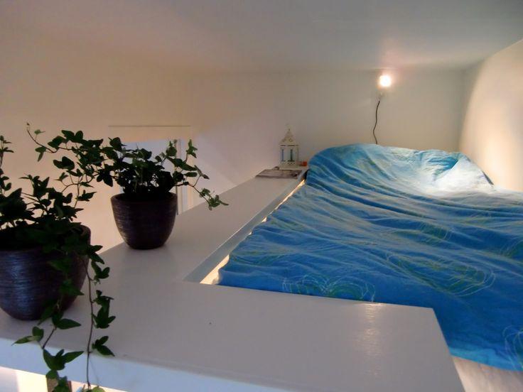 Ett rum till heter ett företag som specialiserat sig på att platsbygga sovloft. Grundmodellen är konstruerad så att sängen ramas in av en 30-50 centimeter bred hylla och utsidan är försedd med bely…