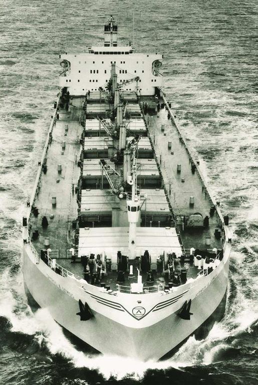 The bulk carrier SPYROS A. LEMOS built by Uddevallavarvet A/B, Sweden, in 1968 was the first Greek-owned newbuilding constructed under the supervision of Det Norske Veritas. / Το bulk carrier SPYROS A. LEMOS που κατασκευάστηκε στα ναυπηγεία Uddevallavarvet A/B της Σουηδίας, υπήρξε το πρώτο ελληνικό νεότευκτο που ναυπηγήθηκε υπό την επίβλεψη του Det Norske Veritas.