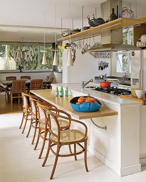 A casa dos arquitetos André Hauser e Aline Biaggi até tem sala de jantar integrada, mas é na cozinha que todos querem ficar. Há uma bancada com quatro lugares que a família usa para refeições rápidas