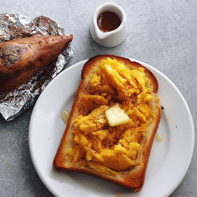 料理家の樋口正樹さんのInstagram(インスタグラム)写真です。安納芋でねっとりホクホクで甘みのある焼き芋をトーストシナモン、バター、メイプルシロップで仕上げて甘みとコクを一段と強調した秋冬のスイーツトースト☝️.熊本とっぺん野菜を使ったトーストレシピをはじめました@to