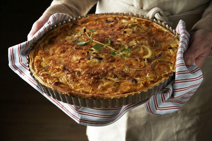 Løk gir god smak til pai, og du kan bruke forskjellige sorter løk sammen - slik vi har gjort her. Server den f.eks. med en tomatsalat til.