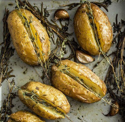 Niezwykle aromatyczne ziemniaki z masłem, czosnkiem i tymiankiem.