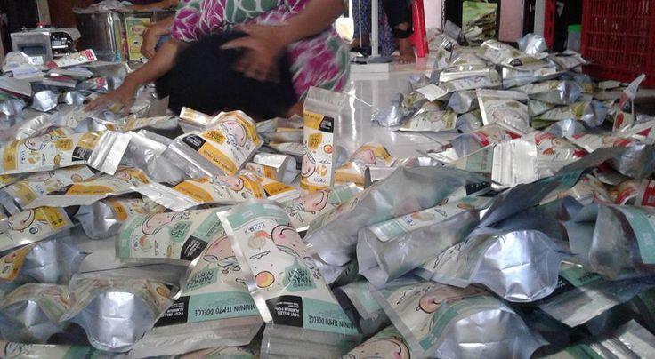 """arum manis mbah mbut,arum manis malang,arum manis modern  Kami distributor arum manis / arbanat / harum manis / rambut nenek """"Mbah Mbut""""  Rambut nenek """"Mbah Mbut"""" asli tanpa pemanis dan pewarna buatan  dibuat dari bahan pangan pilihan 100% gula asli  Arbanat """"Mbah Mbut"""" dikemas dengan ciamik dan unik  Arum manis """"Mbah Mbut"""" membuka kesempatan sebesar-besarnya bagi Reseller dan Drohpshipper untuk memasarkan Harum manis """"Mbah Mbut"""".  Hub:  Mas Muklis ( telp/sms/wa:0819-3200-103 )"""
