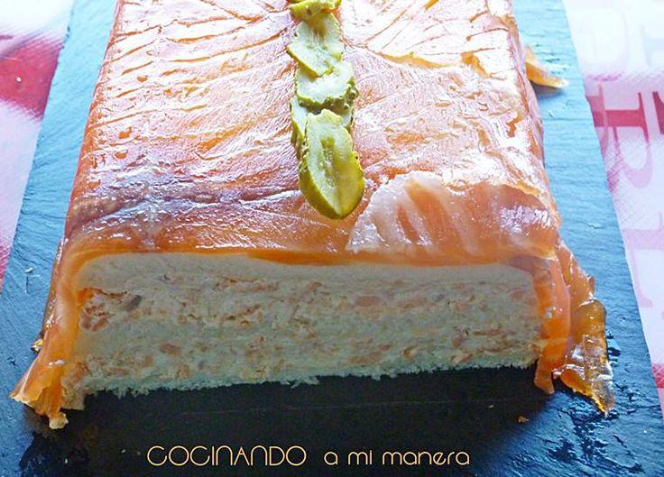Receta paso a paso de pastel de salmón ahumado, salmón fresco, queso philadelphia y pan de molde. Muy fácil de hacer y perfecto para prepararlo con antelación.
