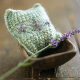 RICICLO CREATIVOLe calze di nylon rotte? Puoi ricavarne simpatici sacchetti per profumare armadio e cassetti in modo facile e veloce. Usa la parte finale della calza oppure taglia tante forme: all