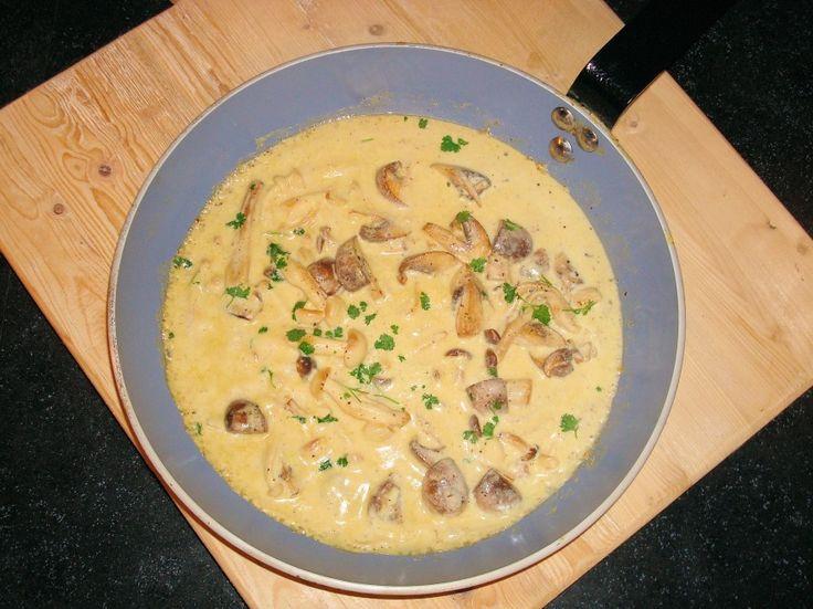 Paddenstoelensaus van verse paddenstoelen. Niet alleen voor bij een biefstuk maar ook heerlijk bij bijvoorbeeld pasta of rijst. Zelf een pastasaus maken is