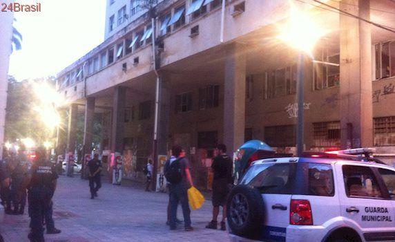 Famílias ocupam prédio da União abandonado no Centro de Vitória
