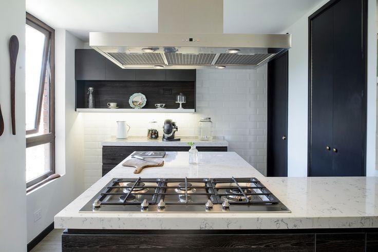 Hielo sur dise%c3%b1o cocina oscuro negro roble antracita masisa cubierta silestone lyra campana isla muros cer%c3%a1micas metro blancos