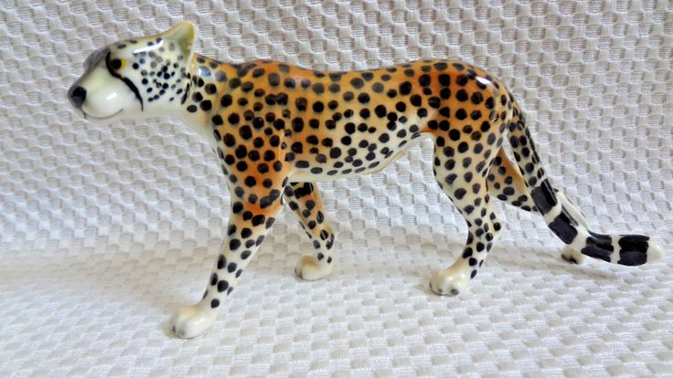 GOEBEL ANIMALS OF THE SERENGETI CHEETAH FIGURINE - PORCELAIN AFRICAN SCULPTURE