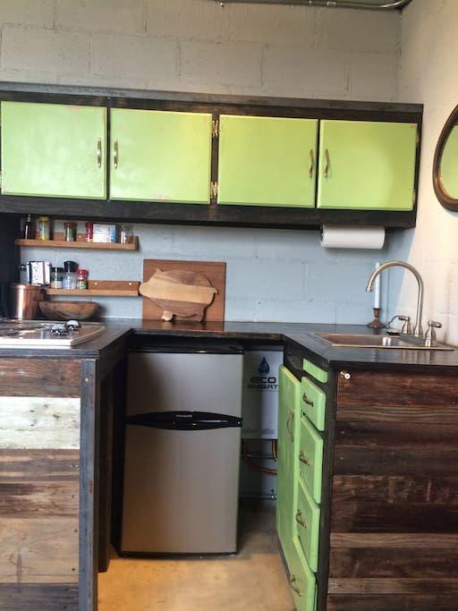 Perfect kitchenette with burner electric range and mini fridge and freezer K chenzeileGefrierschr nkeAngebotElektrischKabineSofaFridge