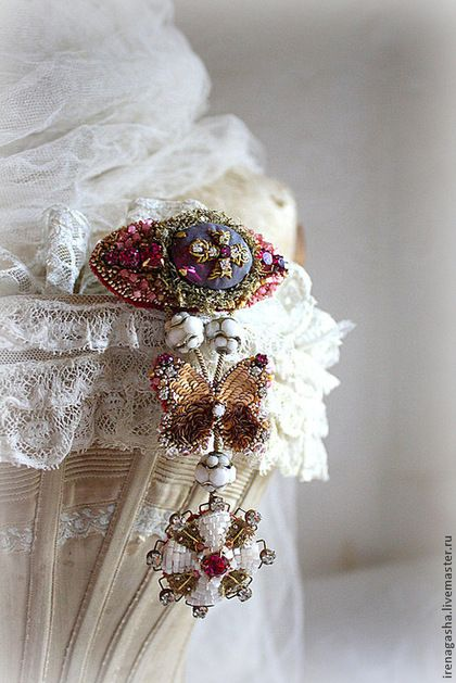 Брошь В14023 - фуксия,золотой,белый,брошь,орден,медаль,бабочка,ручная вышивка