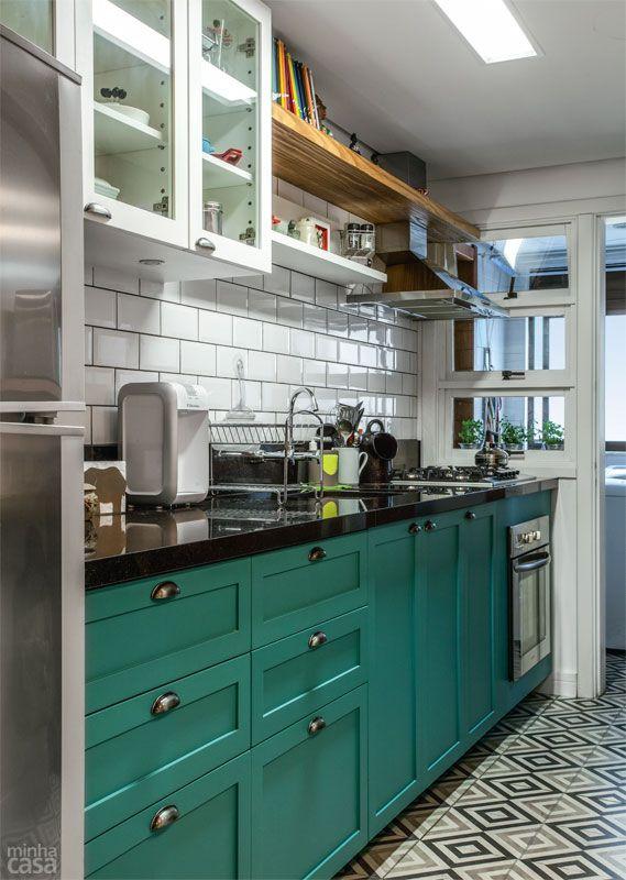 Reforma integra cozinha em estilo europeu à sala - Casa
