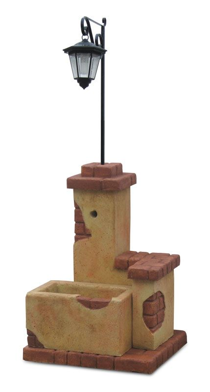Fontana da giardino mod. fonte del casale con lanterna ad energia solare. Fontana in pietra ricostruita, ricorda un muro di pietre rustiche e antiche. Finitura: pietre del borgo. Disponibile in diverse finiture.
