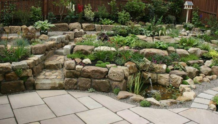 Einen Steingarten gestalten in Form von Stufen und mit Miniteich