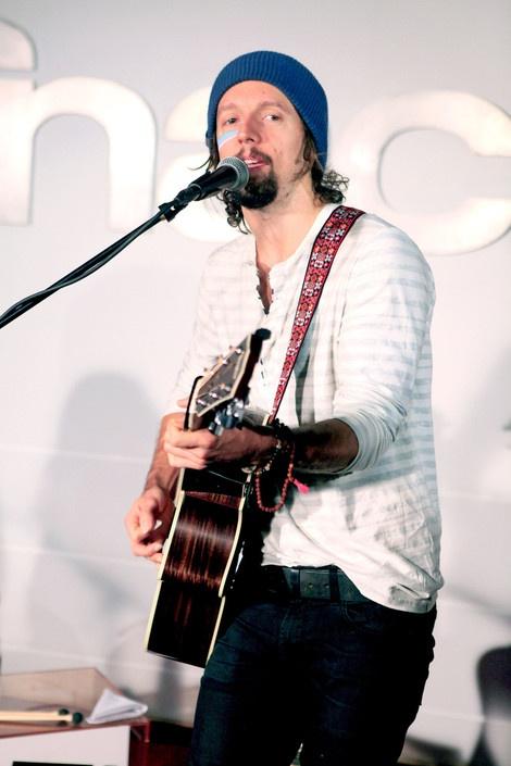 Jason Mraz performs a gig during a showcase at FNAC Les Halles in Paris, France 05/07/2012