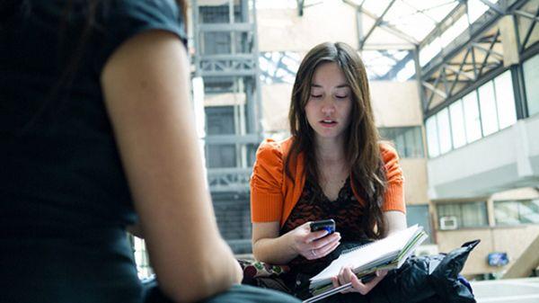美國大學教授調查:大學生平均每堂課查看手機11次 http://www.kairos.com.tw/2675