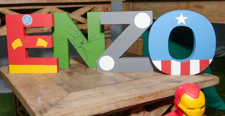 Decoração de festinha Os Vingadores com letrinhas nome da criança - Enzo - 05 anos