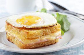 Un croque-monsieur ? Non, un croque-madame ! Avec l'avantage du jaune d'oeuf coulant dans lequel on peut tremper le pain : un régal !