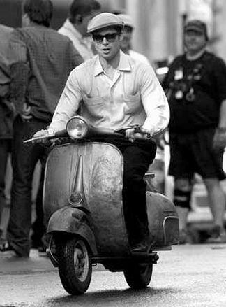 編集者トーマスも大好きなベスパ。 ちょっと小粋なイタリアのスクーターですが、古いベスパの鉄のモノコックボディの質感や、トコトコと、パワーはそこそこでもトルクはなかなかすごいぜ的な走りに心奪われる人は多いはず。 Pinterestに、ベスパの写真集的ボードがあったので紹介します。 出典: 街角に並ぶカラフルなベスパたち。 「さらば青春の光」のエースこと、スティング。 日本ではベスパといえば工藤ちゃんですが、本場イギリスではこちらか。 ブラピも乗っちゃいます。 ドレスとマッチしたベスパに見惚れるか、綺麗な脚に見惚れるかはあなた次第・・・・。