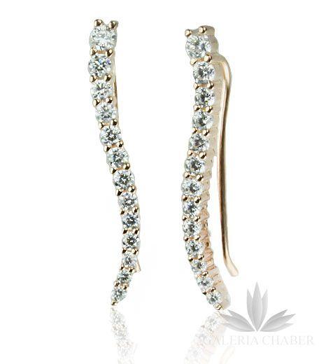 Kolczyki wykonane ze srebra próby 925, w kolorze złotym - odcień Rose Gold czyli miedziane złoto -najmodniejszy kolor sezonu, rodowane, wysadzane cyrkoniami o szlifie brylantowym. Całkowita długość wzoru to około 2,7 cm. Kolczyki z tego rodzaju zapięciem umożliwiają noszenie na dwa sposoby: w formie nausznicy wzdłuż ucha oraz klasycznie w formie wiszącej.
