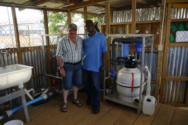 Wolfgang Pentz ha trabajado con MAN Diesel & Turbo en Augsburgo durante 37 años. En la primavera de 2015 cambió su casco de protección para un casco médico y ayudó a combatir el Ébola en Liberia.
