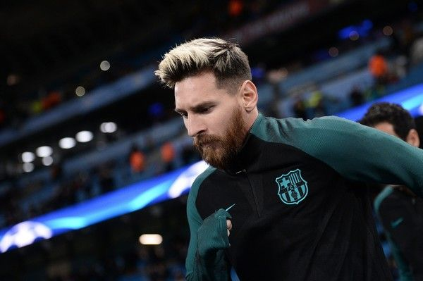 Barcelona's Argentinian striker Lionel Messi arrives on the pitch to warm up with teammates ahead of the UEFA Champions League group C football match between Manchester City and Barcelona at the Etihad Stadium in Manchester, north west England on November 1, 2016. / AFP / OLI SCARFF