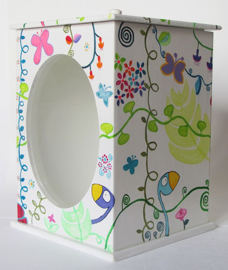 Caja pintada a mano con acrílico y barnizadas. Ventana de vidrio. Medidas: 19,5 x 13,5 x 13,5.