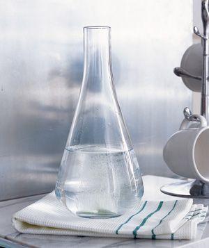 nettoyer les traces d'eau dans les vases avec du steradent