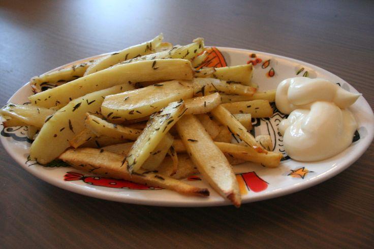 Heb je zin in patatjes, maar dan lekker en gezond? Dat kan met pastinaak! Zonder ze te frituren, maar lekker uit de oven. Dit is mijn favoriete alternatieve patatsoort en ik doe er wat mayonaise bij. In dit blog het recept voor pastinaakpatat. Pastinaak De pastinaak is een witte wortel en valt onder de categorie …