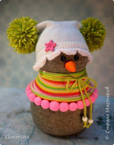 Всем доброго времени! Меня тоже не обошли снеговички из носочков. Насмотрелась красоты и тут, и в интернете.:) Полюбила их безумно, жалко будет расставаться.:)) Делались в подарок. фото 2