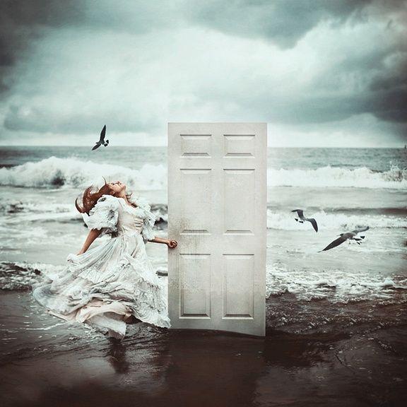 Não confundas o amor com o delírio da posse, que acarreta os piores sofrimentos. Porque, contrariamente à opinião comum, o amor não faz sofrer. O instinto de propriedade, que é o contrário do amor, esse é que faz sofrer. (...) Eu sei assim reconhecer aquele que ama verdadeiramente: é que ele não pode ser prejudicado. O amor verdadeiro começa lá onde não se espera mais nada em troca. Antoine de Saint-Exupéry