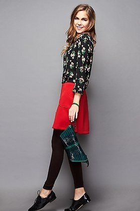 Natalia Sánchez con falda de @trakabarraka, blusa floral de Sinty, zapatos estilo oxford de Mimao y bolso de Amarillolimon.
