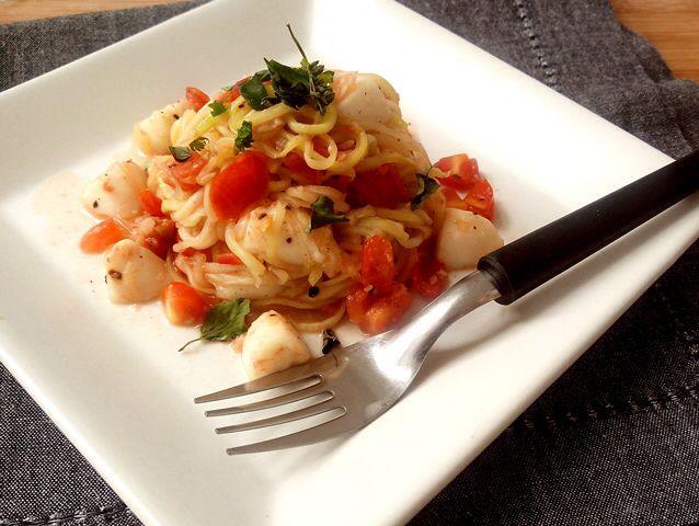 """1 abobrinha grande 1 dente de alho bem picadinho 6 a 8 tomatinhos cereja cortados em cubos, 3 ou 4 bolinhas de muçarela de búfala cortadas em cubos Manjericão fresco ou desidratado Azeite, sal e pimenta do reino a vontade Comece cortando as duas pontinhas da abobrinha e tirando a casca bem fininha. Faça os fiozinhos de """"espaguete"""" ralando o comprimento da abobrinha com um ralador de ralo grosso até alcançar a parte central. Para preparar o espaguete de abobrinha, aqueça um fio de azeite e…"""