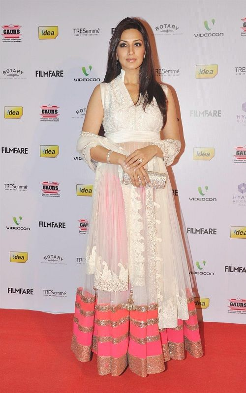Sonali Bendre in V Shape Collar Neck Pattern Cream and Pink Sleeveless Anarkali Suit