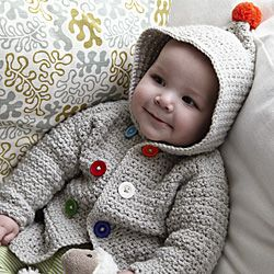 Cute as a Button Crocheted hooded baby jacket: free pattern. Instrucciones en inglés para tejer a crochet