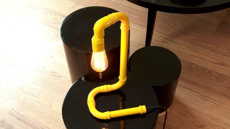 Para la zona del escritorio o lectura, incluso para una mesa de centro es muy útil tener una lámpara. La que haremos en este proyecto es muy simple, sólo se hace con tubos de PVC, fittings y un soquete.