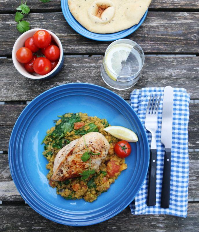 Jeg er svak for indisk (-inspirert) mat, og her kommer en ny salatfavoritt hvor røde linser får spille hovedrollen. Salaten kan gjerne nytes alene, men jeg har her servert den som tilbehør til saftige kyllingbryst.
