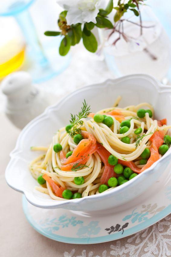 Toujours à la recherche d'#astuce pour faire manger des #legumes aux enfants, ou simplement envie d'apporter de la saveur à vos assiettes de pâtes ? Craquez pour cette recette de pâtes aux #saumon et #petitspois #Bonduelle. Des pâtes, des petits pois et du saumon : une #recette simple et délicieuse, pour le plaisir de tous ! #Surprenezvous Retrouvez la recette ici >>> http://www.bonduelle.fr/recettes/pates-au-saumon-et-petits-pois
