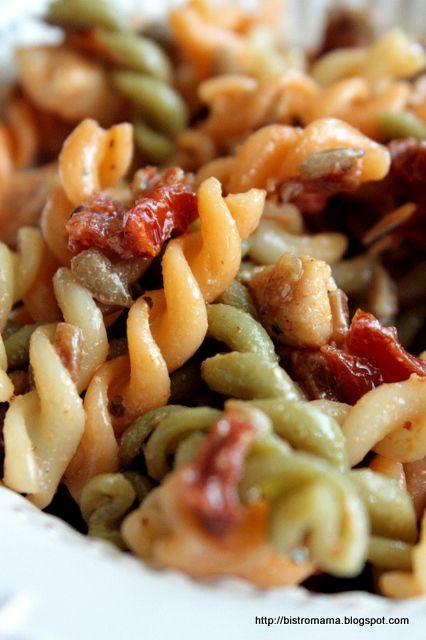 bistro mama: Sałatka z makaronem, kurczakiem i suszonymi pomidorami