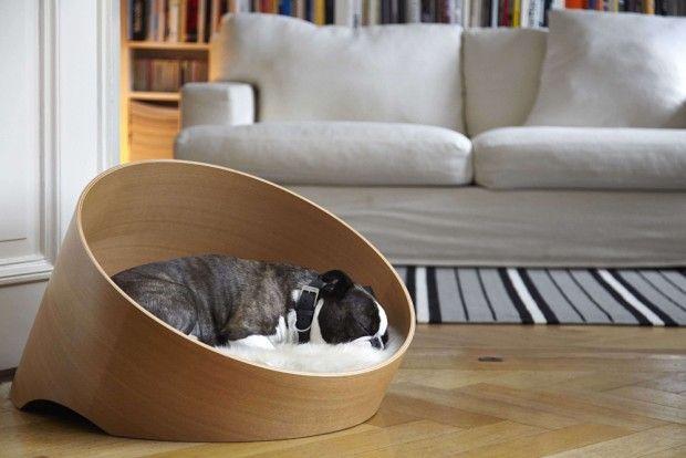 Ces derniers temps, il n'y en a que pour les chats ! Véritable rois du net, le chat est omniprésent et l'on voit beaucoup de conceptions leur étant destinées. Mais quid du « meilleur ami de l'homme », le chien ?  La designer allemande Uta Cossman rétablit un peu l'équilibre avec Covo, un lit créé pour offrir à votre ami à quatre pattes tout le confort nécessaire sans ruiner votre décoration intérieure ! Le cadre du lit circulaire est en bois plié, le rendant extrêmement robuste et facile...