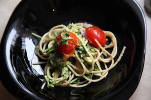 Avocado, rocket and roasted tomato whole grain pasta