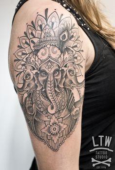 Ganesha es la divinidad de las artes, las ciencias, del intelecto y la sabiduría. Pepe hizo este precioso tatuaje la semana pasada en tonos negros y grises, complementó la imagen de Ganesha con ornamentaciones florales.