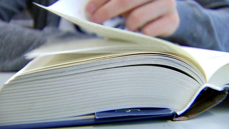 Kirjoja lukenut teini osaa jopa 70 000 sanaa – Nuori, joka ei lue, 15 000 sanaa Suomalaislapset lukevat koko ajan vähemmän ja ilottomammin. Sanavarasto surkastuu: omalla ajallaan lukeva 17-vuotias hallitsee 50 000–70 000 sanaa; nuori, joka ei lue, vain runsaat 15 000. Alle puolet yli kymmenvuotiaista lukee kirjoja vähintään kerran viikossa. Tutkittu tieto lukuhalujen katoamisesta on niukkaa ja repaleista. Ilmeisin syypää ei ehkä olekaan se lukutaidon pahin vihollinen.