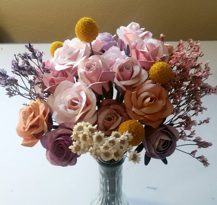 Bouquet vintage con rosas en colores melocotón y rosados de papel y flores secas.
